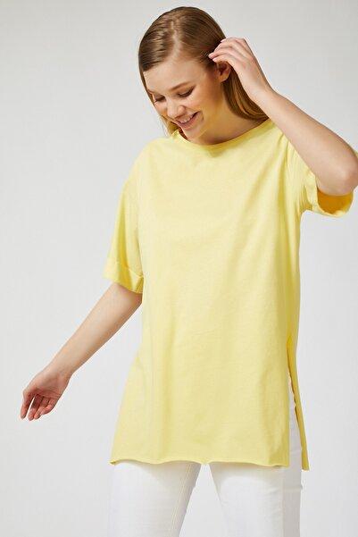 Happiness İst. Kadın Sarı Yandan Yırtmaçlı Oversize Penye T-Shirt Lİ00052