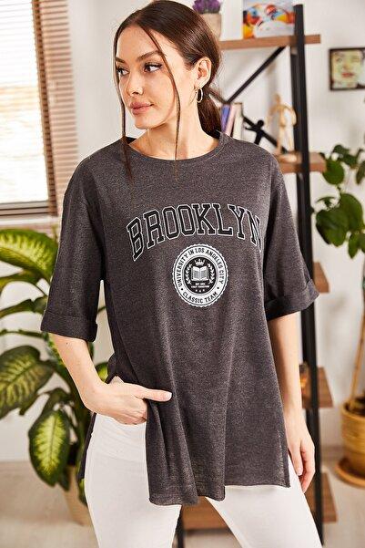 armonika Kadın Füme Brooklyn Yazılı Yuvarlak Yaka Yanı Yırtmaçlı T-Shirt ARM-21K012027