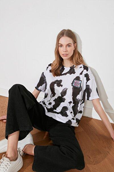 TRENDYOLMİLLA Beyaz Baskı Detaylı Örme T-Shirt TWOSS20TS0787