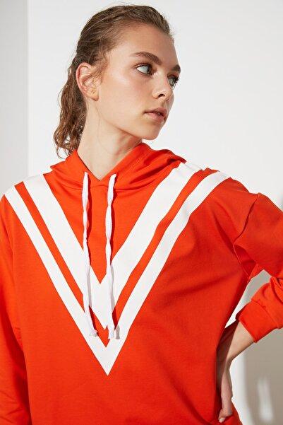TRENDYOLMİLLA Turuncu Baskılı ve Kapüşonlu Spor Sweatshirt TWOAW21SW0391