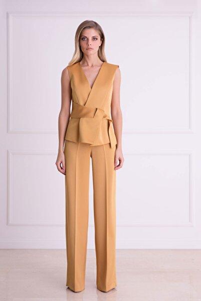 xGIZIA Kadın Kahverengi Kuşak Detaylı Safran Renkli Kolsuz Bluz