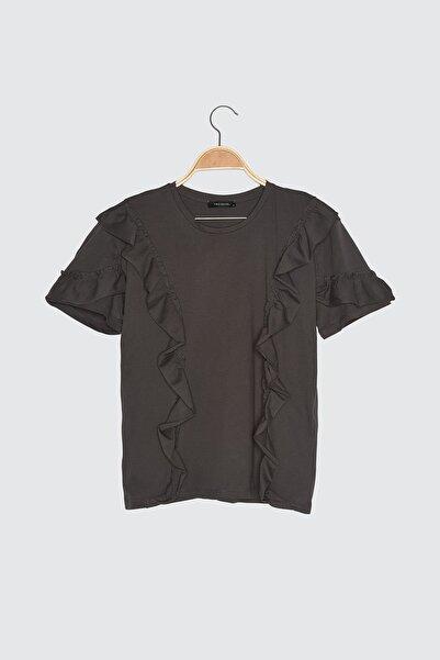TRENDYOLMİLLA Antrasit Fırfır Detaylı Semifitted Örme T-Shirt TWOSS21TS0701