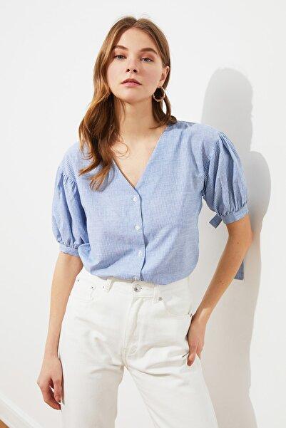 TRENDYOLMİLLA Mavi V Yaka Gömlek TWOSS21GO0620