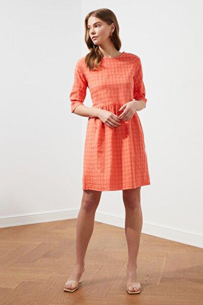 TRENDYOLMİLLA Turuncu Kareli Elbise TWOSS21EL1200