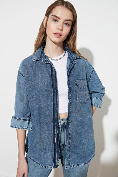 TRENDYOLMİLLA Mavi Yıkamalı Oversize Denim Gömlek TWOAW20GO0249