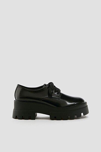 Pull & Bear Kadın Siyah Düz Tırtıklı Tabanlı Ayakkabı 11403640