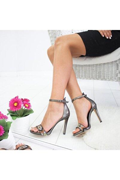 Limoya Kadın Platin Mat Etnik Taş Detaylı İnce Topuklu Sandalet