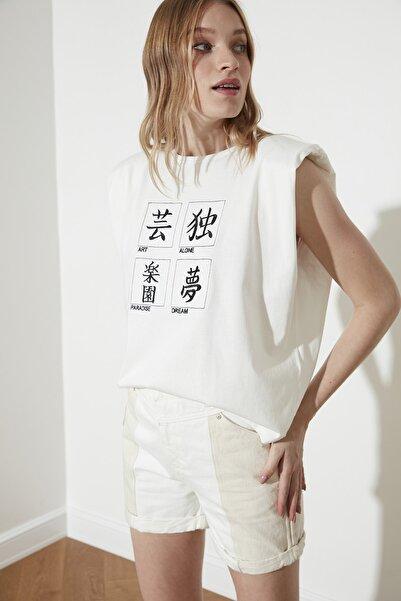 TRENDYOLMİLLA Beyaz Vatkalı ve Baskılı Örme T-Shirt TWOSS21TS1782