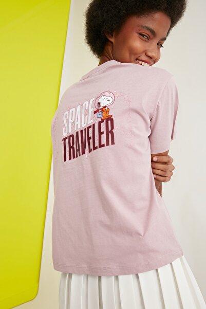 TRENDYOLMİLLA Gül Kurusu Snoopy Lisanslı Baskılı Semifitted Örme T-Shirt TWOSS21TS0038