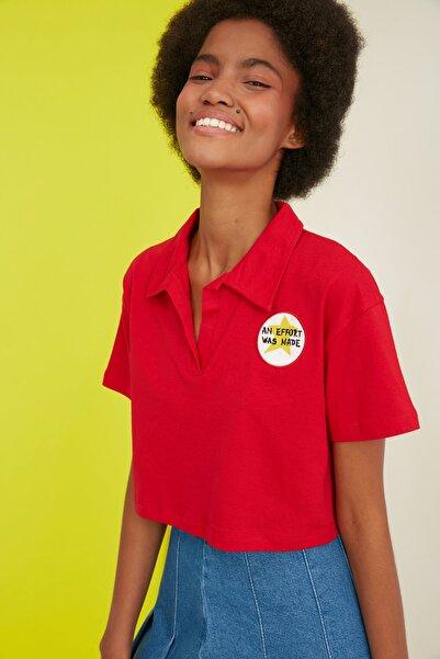 TRENDYOLMİLLA Kırmızı Crop Nakışlı Örme T-Shirt TWOSS21TS0727