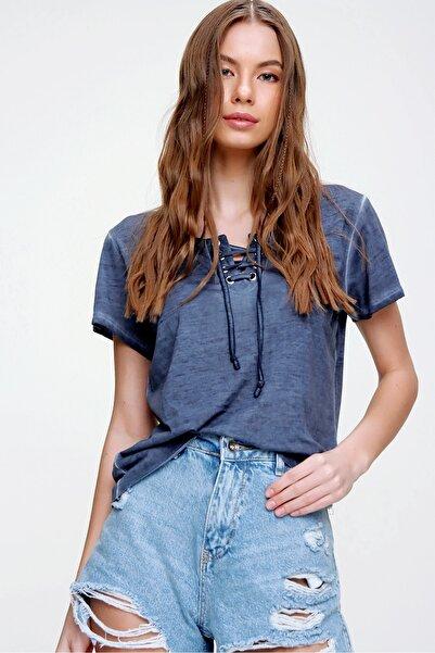 Trend Alaçatı Stili Kadın İndigo Kuş Gözlü Yakası Bağcıklı Yıkamalı T-Shirt MDA-1127