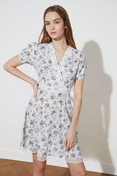 TRENDYOLMİLLA Çok Renkli İşlemeli Kruvaze Yaka Elbise TWOSS21EL2000