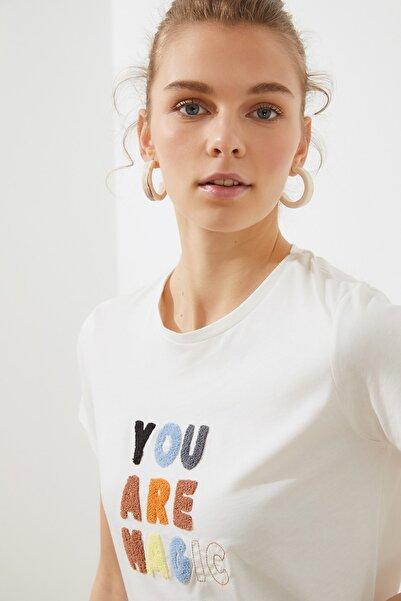TRENDYOLMİLLA Krem Nakışlı Basic Örme T-Shirt TWOSS20TS0498