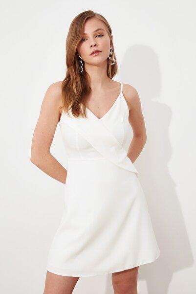 TRENDYOLMİLLA Beyaz Volanlı Elbise TWOSS20EL1123