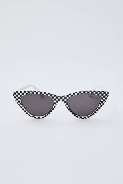 Pull & Bear Kadın Beyaz/Siyah Kareli Güneş Gözlüğü 09992308