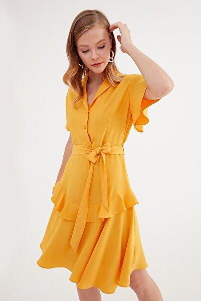Journey Kadın Sarı Dışa Dönük V Yaka Ön 3 Düğme Etek Altı Volan Detaylı Elbise