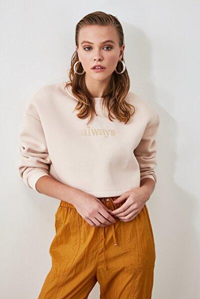 TRENDYOLMİLLA Bej Nakışlı ve Şardonlu Crop Örme Sweatshirt TWOAW20SW0145