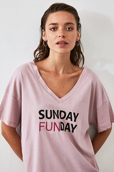 TRENDYOLMİLLA Gül Kurusu Baskılı Ön ve Arka V Yaka Boyfriend Örme T-Shirt TWOSS20TS0506