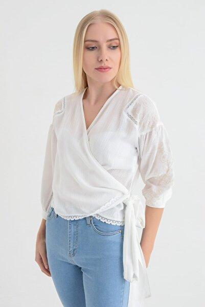 Hanna's by Hanna Darsa Kadın Beyaz Nakış Ve Dantel Detaylı Yandan Bağlamalı Gömlek HN1691