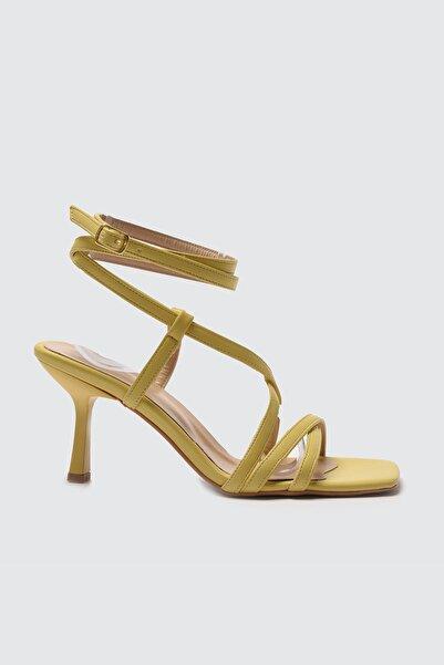 TRENDYOLMİLLA Sarı Küt Burunlu Kadın Klasik Topuklu Ayakkabı TAKSS21TO0038