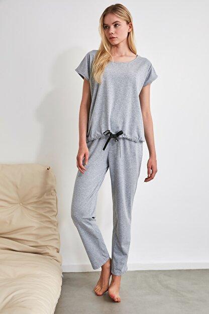 TRENDYOLMİLLA Gri Bağlama Detaylı Örme Pijama Takımı THMSS20PT0068