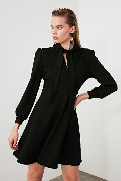 TRENDYOLMİLLA Siyah Bağlama Detaylı Örme Elbise TWOAW20EL2108