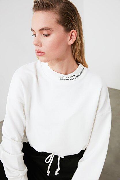 TRENDYOLMİLLA Ekru Dik Yaka Crop Örme Sweatshirt TWOSS20SW0123