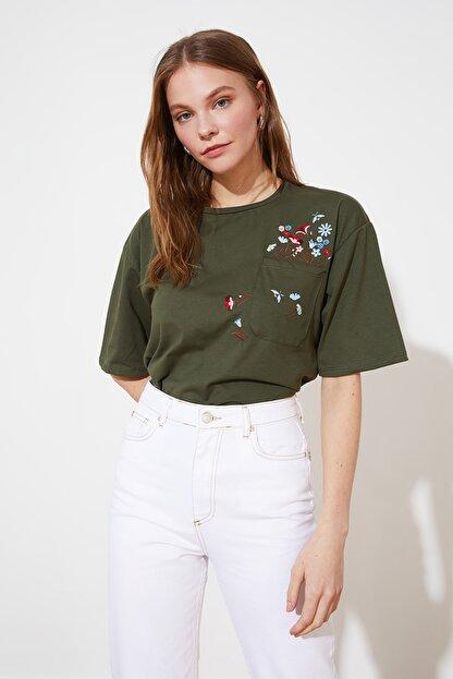 TRENDYOLMİLLA Haki Cebi Nakışlı Basic Örme T-Shirt TWOSS21TS2964