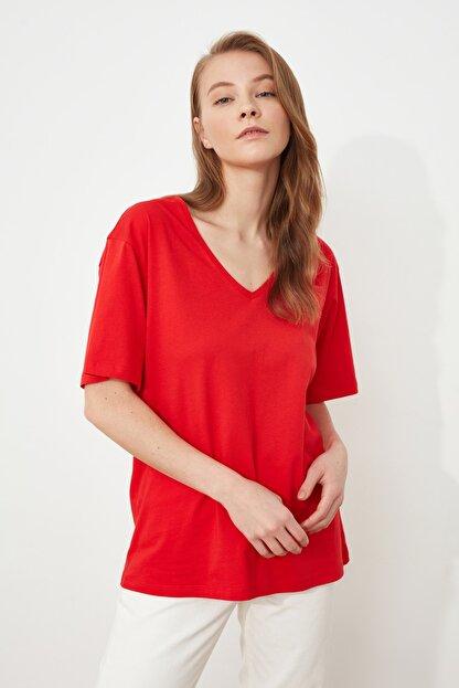 TRENDYOLMİLLA Kırmızı %100 Pamuk V Yaka Boyfriend Örme T-Shirt TWOSS20TS0132