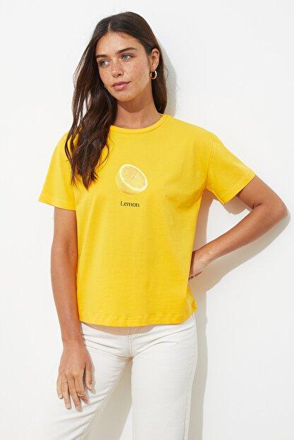 TRENDYOLMİLLA Sarı Baskılı Semi-Fitted Örme T-Shirt TWOSS20TS0314