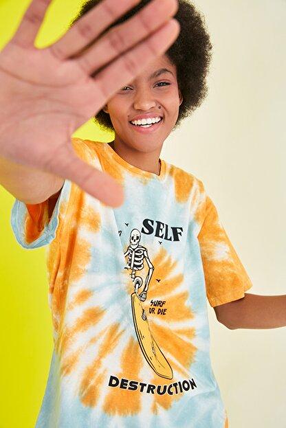 TRENDYOLMİLLA Mavi Baskılı Batik Boyfriend Örme T-Shirt TWOSS21TS1740