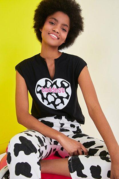 TRENDYOLMİLLA Siyah Baskılı Semifitted Örme T-Shirt TWOSS21TS1181
