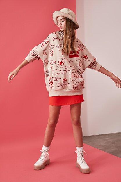 TRENDYOLMİLLA Bej Baskılı Uzun Oversize Örme Sweatshirt TWOAW21SW0378