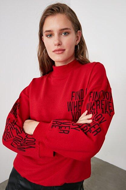 TRENDYOLMİLLA Kırmızı Baskılı Dik Yaka Örme Sweatshirt TWOAW21SW0773