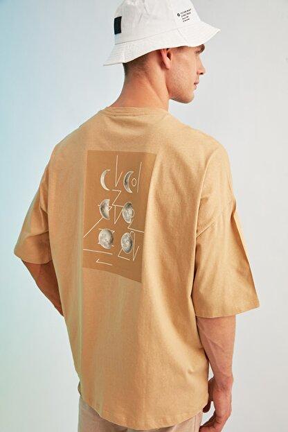 TRENDYOL MAN Bej Erkek Kısa Kollu Sırt Baskılı Oversize T-Shirt TMNSS21TS0617