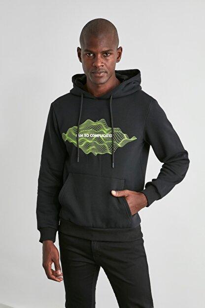 TRENDYOL MAN Siyah Erkek Baskılı Kapüşonlu Regular Sweatshirt TMNAW21SW0671