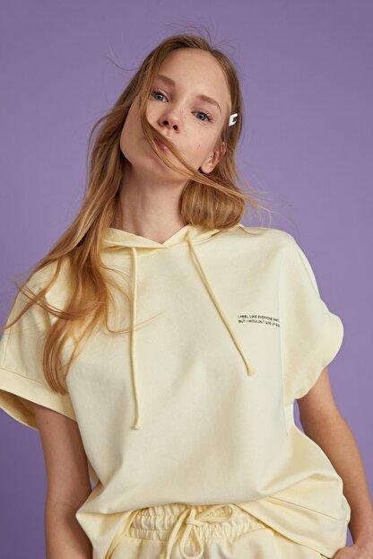 Defacto Kadın Ekru Yazı Baskılı Organik Pamuklu Relax Fit Kısa Kollu Sweatshirt