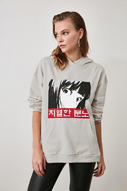 TRENDYOLMİLLA Bej Kapüşonlu ve Baskılı Oversize Örme Sweatshirt TWOAW21SW0188