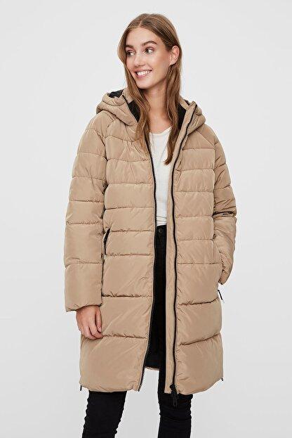 Vero Moda Kadın Bej Kapüşonlu Regular Fit Uzun Şişme Mont  10230830