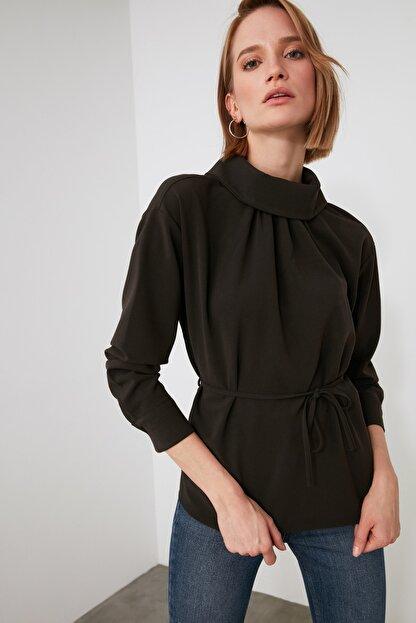 TRENDYOLMİLLA Kahverengi Kuşaklı Yaka Detaylı Bluz TWOAW21BZ1287