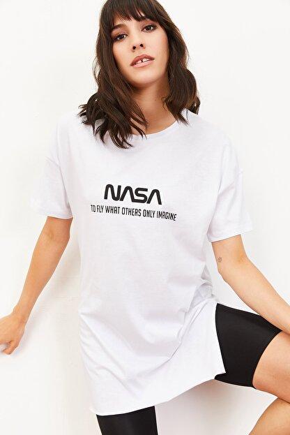Bianco Lucci Kadın Nasa Baskılı Yan Yırtmaçlı Salaş T-Shirt Beyaz 10061024