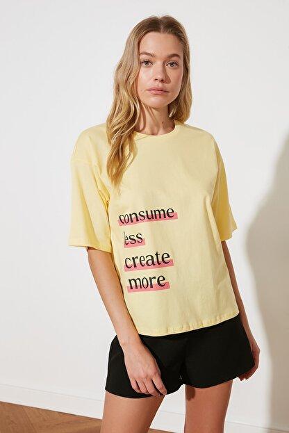 TRENDYOLMİLLA Sarı Baskılı Loose Kalıp %100 Organik Pamuk Örme T-Shirt TWOSS21TS2380