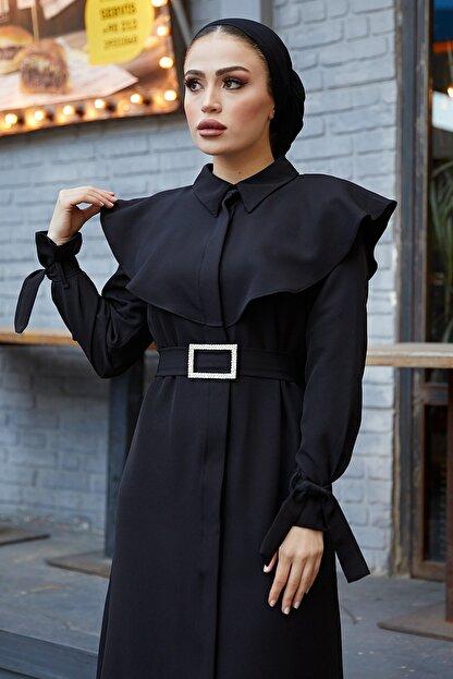 TUBA MUTİOĞLU Pelerinli Siyah Kemer Tokalı Bağlama Detaylı Ferace Elbise