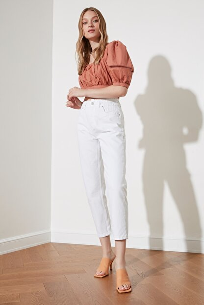 TRENDYOLMİLLA Beyaz Beli Lastikli Yüksek Bel Mom Jeans TWOSS20JE0428