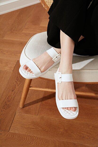 Trendyol Shoes Beyaz Kalın Tabanlı Tokalı Kadın Sandalet TAKSS21SD0032