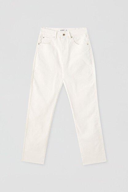 Pull & Bear Kadın Beyaz Comfort Slim Fit Mom Jean 05682305