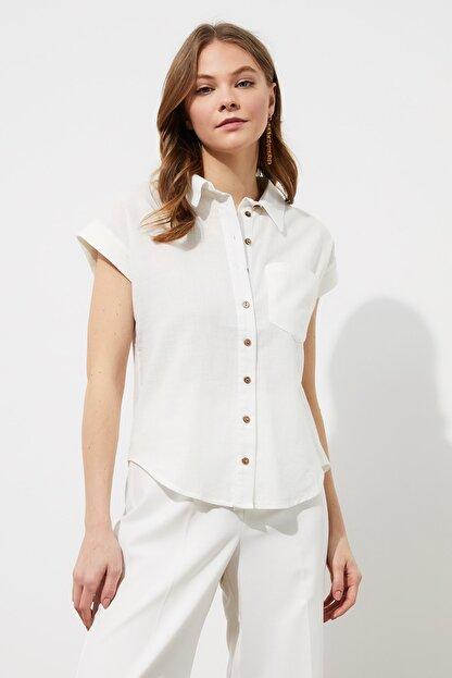TRENDYOLMİLLA Beyaz Klasik Gömlek TWOAW20GO0081