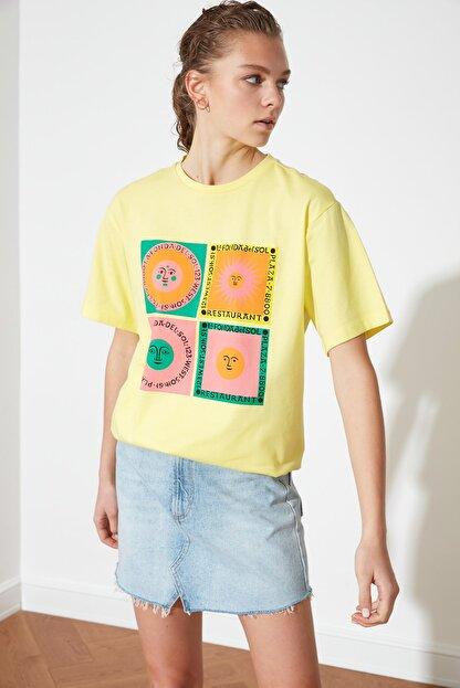 TRENDYOLMİLLA Sarı Baskılı Boyfriend Örme T-Shirt TWOSS21TS1851