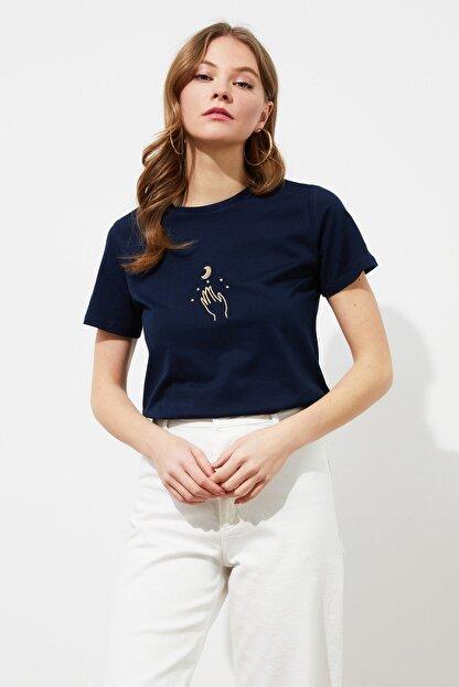 TRENDYOLMİLLA Lacivert Nakışlı Basic Örme T-Shirt TWOSS20TS0553