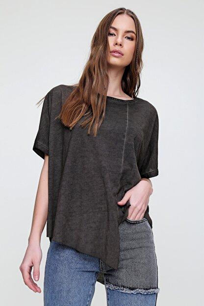 Trend Alaçatı Stili Kadın Antrasit Asimetrik Kesim Yıkamalı T-Shirt MDA-1128